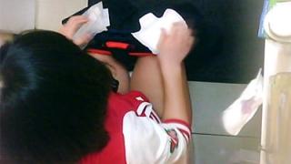 女の子は使用済みナプキンを壁に貼り付けてトイレを出る時に丸めて汚物箱に捨てていた。