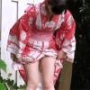 花火大会では女子トイレは行列で我慢できずに野ションをする女性を盗撮